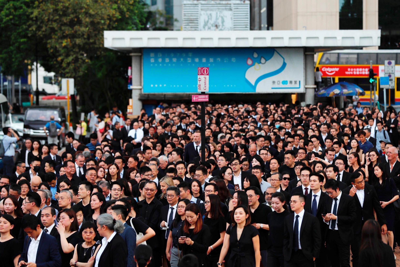 Des centaines d'avocats en noir, lors de la protestation silencieuse contre le projet de loi qui autoriserait l'extradition vers la Chine, le 6 juin 2019.