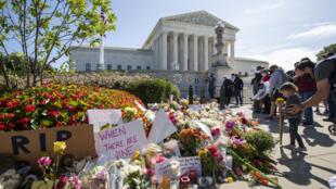Un grupo de personas dejan flores ante la Suprema Corte de Justicia de EEUU el 19 de setiembre de 2020 como tributo a la fallecida jueza Ruth Bader Ginsburg
