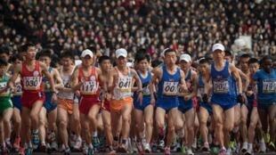 Les marathoniens s'élancent sous les applaudissements des milliers de spectateurs réunis au stade Kim II-sung à Pyongyang, le 8 avril 2018.