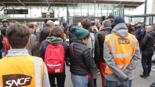 Бастующие работники SNCF