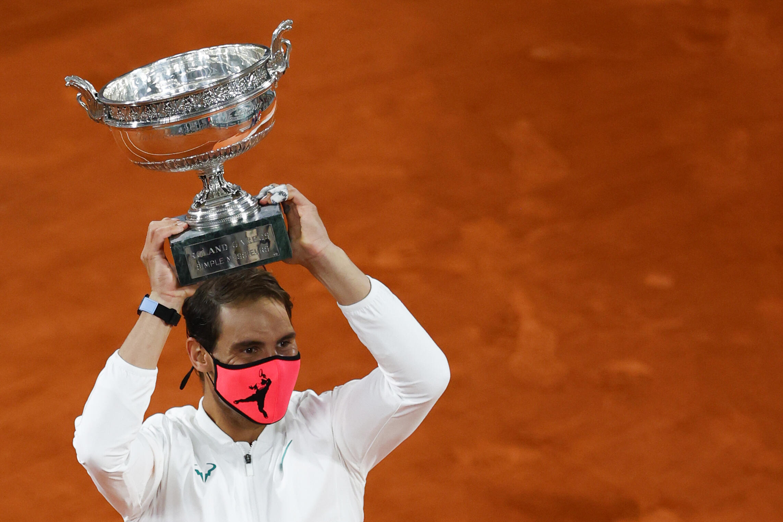 Rafael Nadal alza la Copa de Los Mosqueteros luego de ganar la final de Roland Garros sobre Novak Djokovic, el 11 de octubre de 2020 en París