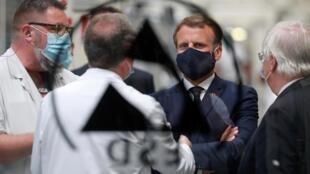 Emmanuel Macron lors de sa visite à l'équipementier Valéo, à Etaples, le 26 mai 2020.