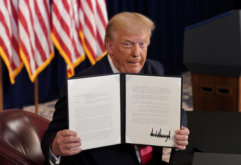 دونالد ترامپ، رئیس جمهوری آمریکا فرمانهای حمایتی اقتصادی را بدون توافق با کنگره در روز روز شنبه ۱۸ مرداد / ۸ اوت طی سفرش به ایالت نیوجرسی امضا کرد. این در حالی است که بر اساس قوانین آمریکا تصمیمگیری درباره بودجه بر عهده کنگره میباشد