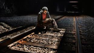 'Urban Cave.13, 2008, New York. Lectura sobre rieles' . Chuck vive bajo el túnel ferroviario de la Amtrak en Nueva York, desde hace nueve años.