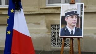 Un portrait du colonel Arnaud Beltrame. Photo prise durant la minute de silence dans l'enceinte du ministère de l'Intérieur à Paris, le 28 mars 2018.