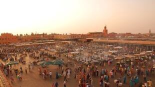 Au Maroc, les recettes liées à l'activité en devises ont atteint un pic historique, avec l'équivalent de pratiquement 6,3 milliards de dollars en 2016. Photo : La place Djemaa el-Fna, haut lieu du tourisme marocain.