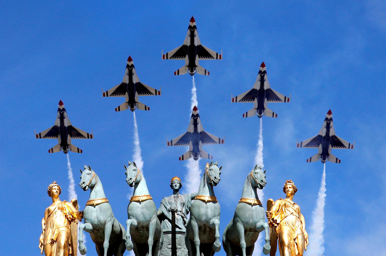 图为2017年7月14日法国国庆阅兵式上美国空军雷鸟飞行表演队飞掠凯旋门