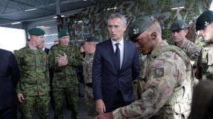 Tổng thư ký NATO Jens Stoltenberg, cùng với các quân nhân Anh tại căn cứ Tapa, Estonia ngày 06/09/2017.