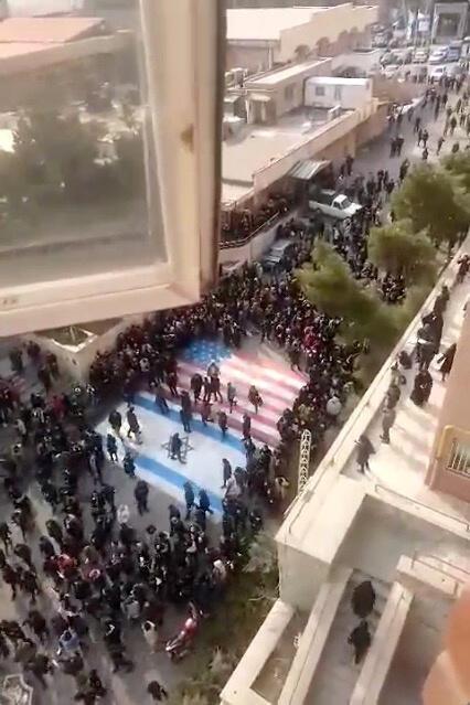 Cờ Mỹ và Israel được in trên sân trường Đại học Teheran (Iran) để sinh viên giẫm lên, nhưng rất đông người tránh. Ảnh từ mạng xã hội ngày 12/01/2020.