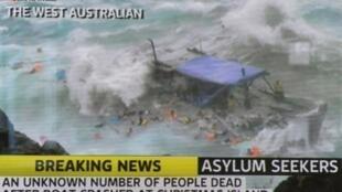 Une capture d'écran de la chaine de télévision, Channel 7 montre un bateau de réfugiés brisé par les vagues violentes, le 15 décembre 2010.
