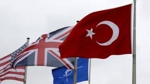 北約總部的土耳其國旗(右)2015年7月28日布魯塞爾。