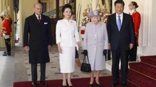 Nữ hoàng Anh và Quận Công Philip tiếp Chủ tịch TQ cùng phu nhân tại điện Buckingham.