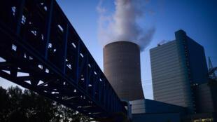 El humo sale de la torre de refrigeración de una central eléctrica de carbón de Datteln, al oeste de Alemania, el 30 de mayo de 2020