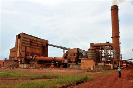 La Guinée possède les plus grandes réserves au monde de bauxite, un minerai servant à fabriquer l'aluminium. (Usine de bauxite située à Kamsar, au nord de Conakry).