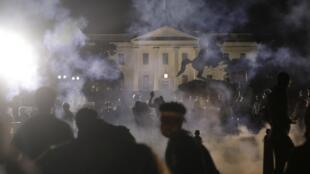 Des gaz lacrymogène sont utilisés pour disperser la foule devant la Maison Blanche, à Washington, le 31 mai 2020.