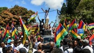 Des dizaines de milliers de Mauriciens sont descendus dans la rue de Mahebourg ce samedi 12 septembre pour dénoncer la mauvaise gestion de la marée noire.