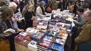 Des lecteurs au pavillon japonais lors du Salon du livre de Paris.
