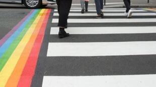 As passagens de pedestre pintadas com o arco-íris serão permanentes em Paris, anunciou a prefeita Anne Hidalgo
