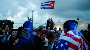 Cubanos-estadounidenses manifestan en la Pequeña Habana, un barrio de Miami, agitando banderas cubanas y estadounidenses, en una marcha en apoyo a las protestas antigubernamentales en Cuba el 11 de julio de 2021