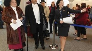 Certains passagers ont embarqué en costume d'époque à bord du Balmoral. Toutes les places de cette croisière-souvenir avaient été vendues depuis deux ans déjà. Le 8 avril 2012, Southampton.