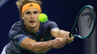 L'Allemand Alexander Zverev se qualifie en demi-finale en battant le Suisse Roger Federer, le 11 octobre 2019, dans le Master 1000 de Shanghai.