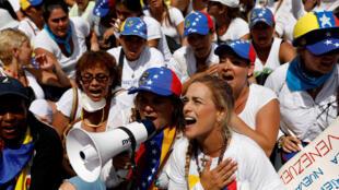 Manifestação de mulheres em Caracas contra o regime de Nicolas Maduro.