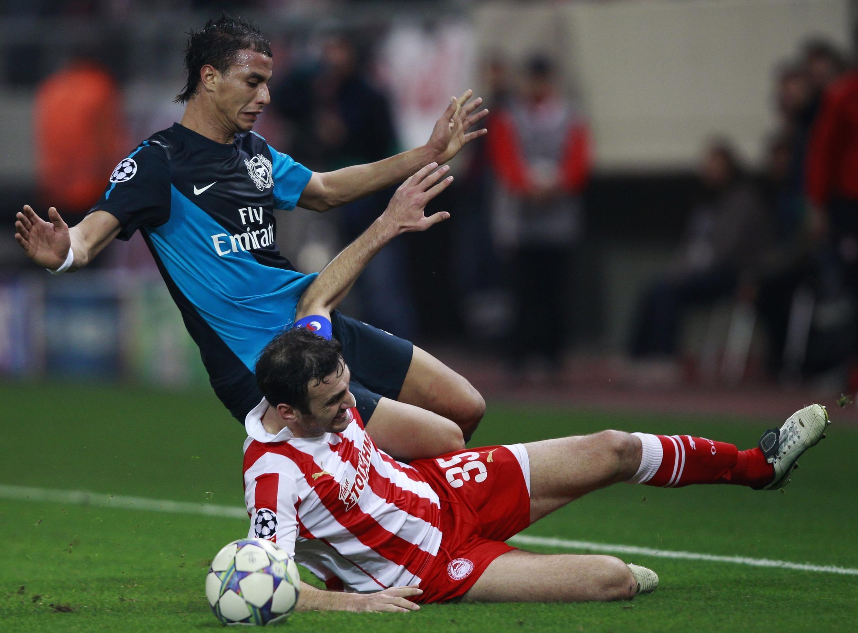 Marouane Chamakh avec le maillot d'Arsenal.