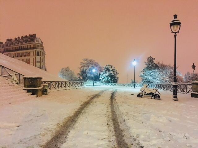 Rua de Montmartre, no 1° distrito de Paris, coberta por espessa camada de neve.