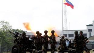 菲律宾炮兵操作105毫米榴弹炮2014年3月15日奎松市阿吉纳尔多兵营