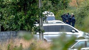 """Cảnh sát Pháp trấn trước cửa """"Trung Tâm Zahra France"""" tại Grande Synthe, ngoại ô Dunkerque, ngày 02/10/2018.."""