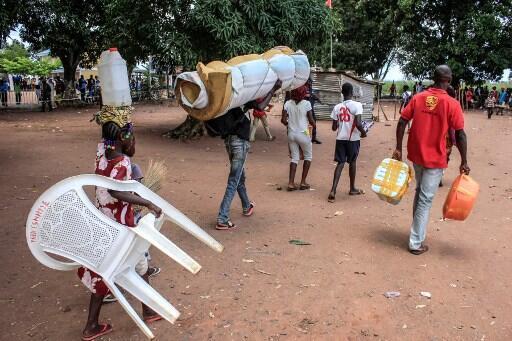Congoleses a atravessarem o posto de Dundo, na Lunda Norte. 20 de Outubro de 2018.