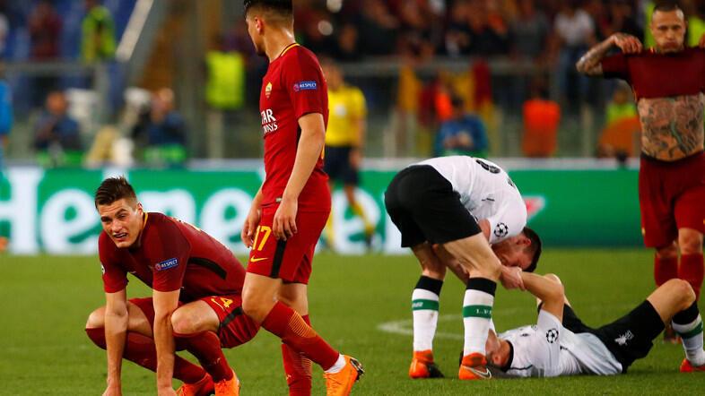 'Yan wasan kungiyar Roma Patrik Schick da Cengiz cikin damuwa, bayan kammala wasa tsakaninsu da Liverpool a birnin Rome. 2 ga watan Mayu, 2018.