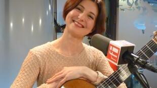 Mirta Alvarez en los estudios de RFI