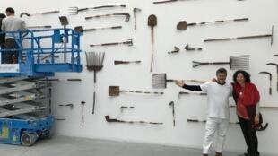 O artista mineiro Afonso Tostes e a curadora da exposição, Sarina Tang.