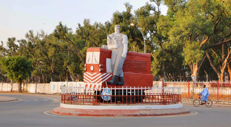 La grandeur du rail à Thiès se raconte jusque dans les ronds-points de la ville, à quelques pas de la cité des cadres du chemin de fer Ballabey, une cité rebaptisée Ibrahima Sarr