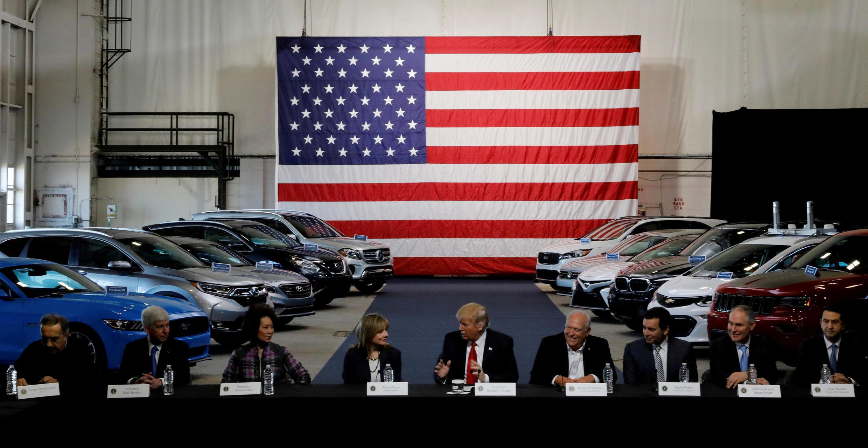Donald Trump conversa con líderes industriales, entre ellos la dirigente de General Motors Mary Barra (4° a la izquierda), el 15 de marzo de 2017 en Michigan.