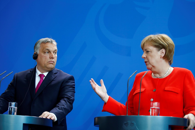 Angela Merkel (kulia) na Viktor Orban kwa muda mrefu wamekuwa wakitafautiana kuhusu sera ya kuwapa hifadhi wahamiaji Ulaya.
