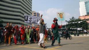 Les partisans du parti au pouvoir Awami League tiennent une photo du Premier ministre Sheikh Hasina durant la campagne électorale, à Dhaka au Bangladesh le 21 décembre 2018.