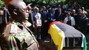 caixão de Afonso Dhlakama, líder da RENAMO (resistência nacional moçambicana), na sua aldeia de Magunde, durante a cerimónia fúnebre.
