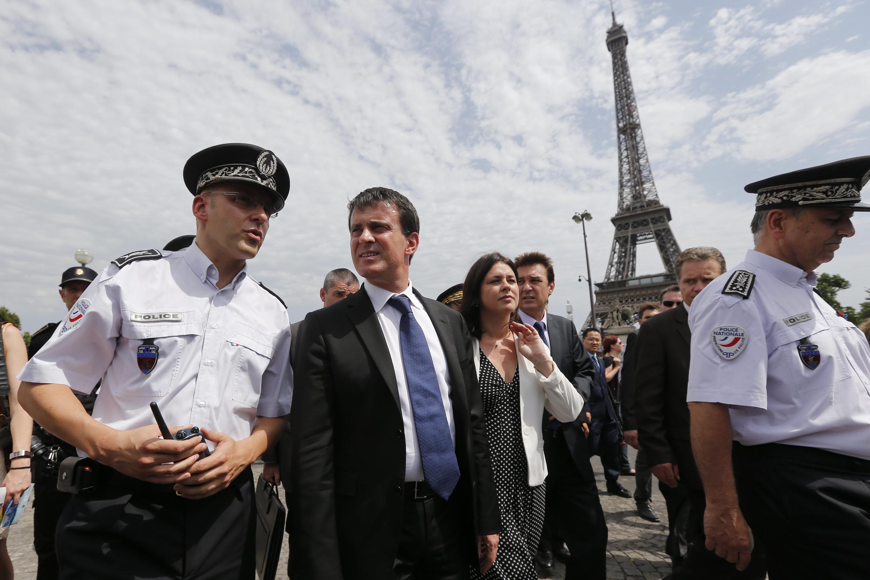 Министр внутренних дел Франции Манюель Вальс у подножия Эйфелевой башни после нападения на китайских туристов