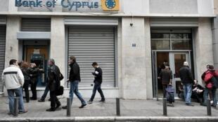 Os bancos cipriotas, fechados desde o dia 16, reabrem parcialmente nesta terça-feira, 26/03.