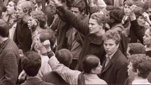 Daniel Cohn-Bendit (au premier plan, 5ème-d), fondateur du «Mouvement du 22 mars» et l'un des leaders de Mai 68, chante l'Internationale, le 04 mai 1968 à Paris, entouré d'autres étudiants contestataires.