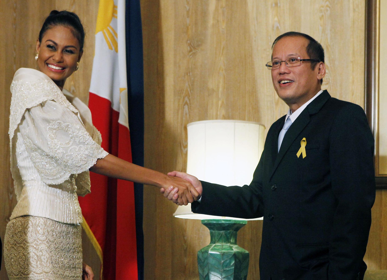 Tân Tổng thống Philippines Benigno Aquino chúc mừng cô Maria Venus Raj vừa đoạt chức Á hậu Hoàn Vũ 2010. Ảnh chụp ngày 21/08/2010.