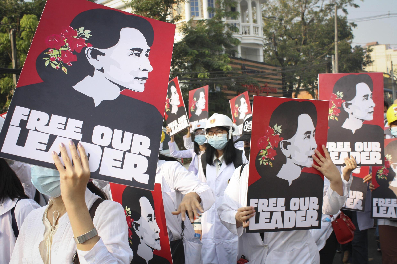 Estudantes de medicina e profissionais de saúde desfilam com cartazes pedindo a liberdade de Aung San Suu Kiy na cidade de Yangon, capital econômica de Mianmar (28.fev.2021)