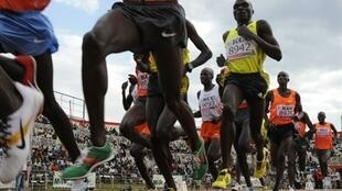 Des athlètes en pleine course sur la piste du Nyayo Stadium de Nairobi.