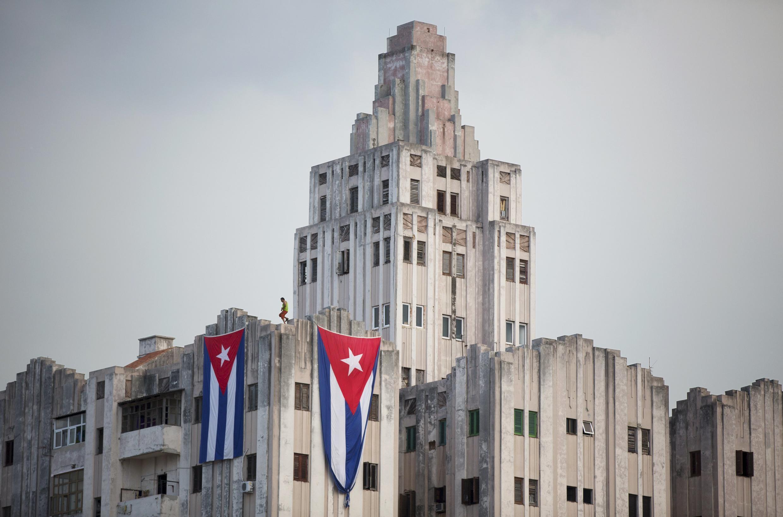 Cubanos estendem bandeiras de seu país em edifícios próxinos à Embaixada americana em Havana, em foto de 12 de agosto de 2015.