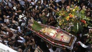 Enterro de Douglas Rafael da Silva Pereira, que foi assassinado na comunidade do Pavão-Pavãozinho, em pleno bairro de Copacabana. 24 de abril de 2014.