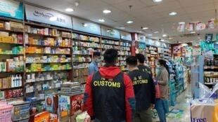 香港海關出動200人對出售口罩的藥房和商店展開大規模巡查行動,確保市面出售的口罩符合商品說明條例。