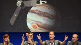 Científicos reunidos en el centro californiano de la Nasa en Pasadena, el 4 de julio de 2016, aliviados tras la puesta en orbita de la sonda Juno.