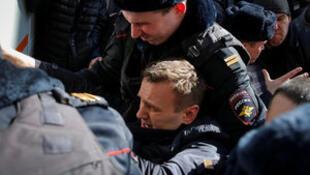 Polisi walivyomkamata  Alexei Navalny kiongozi Mkuu wa upinzani nchini Urusi Machi 26 2017 wakati wa maandamano jijini Moscow